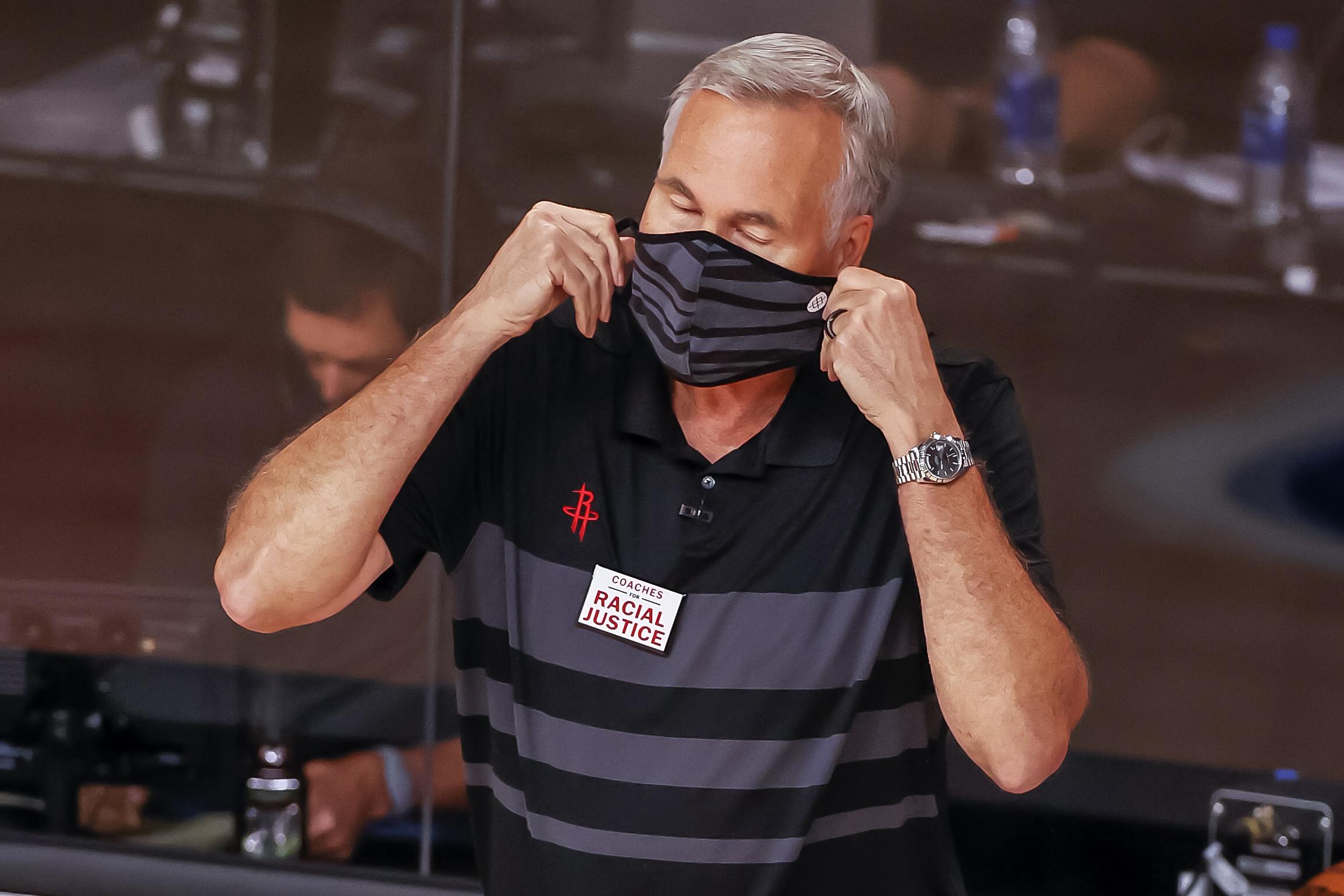 NBA treneriem spēļu laikā būs jālieto sejas maskas