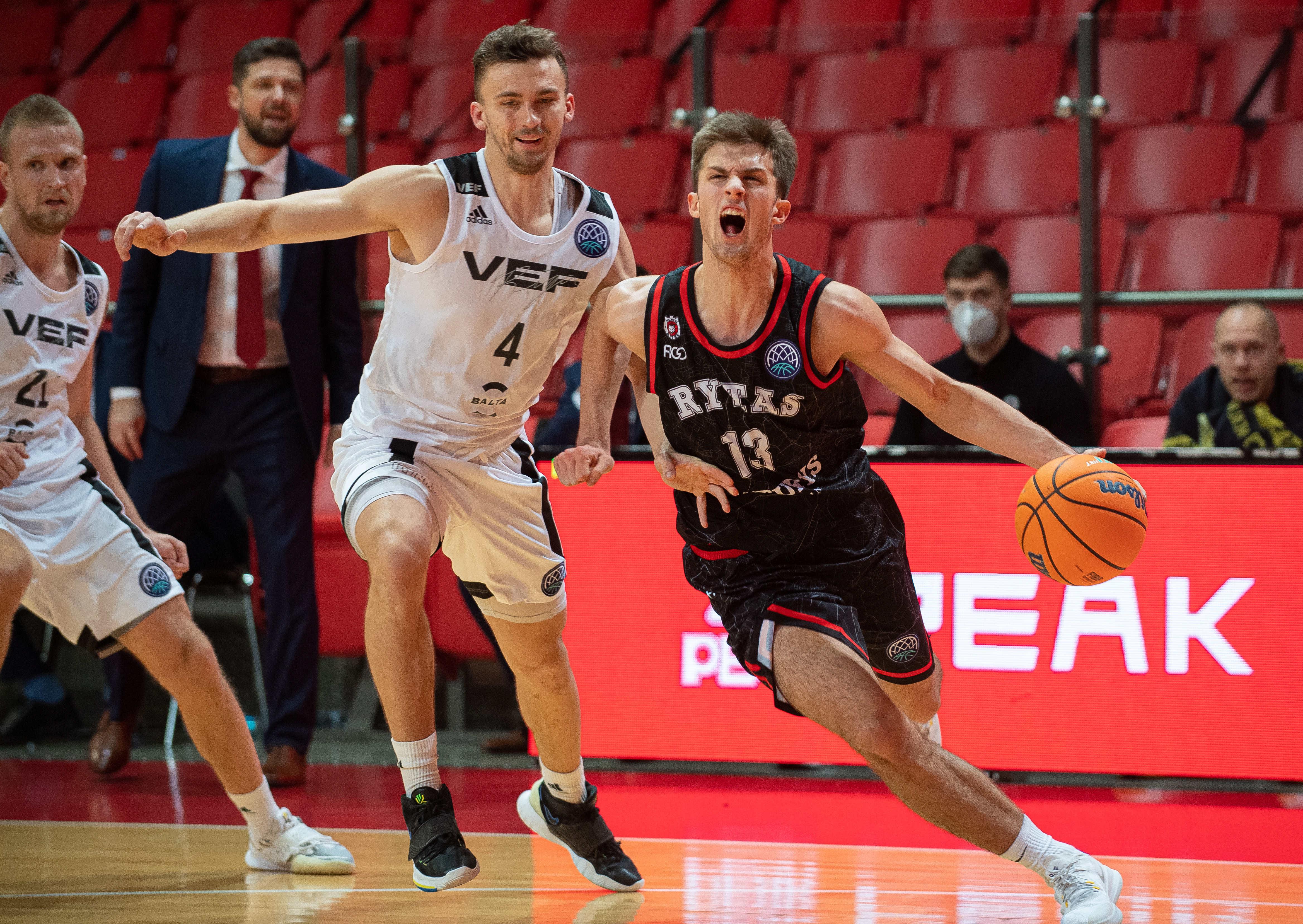 """""""VEF Rīga"""" FIBA Čempionu līgā Viļņā izsēj 17 punktu pārsvaru, taču uzvar """"Rytas"""""""