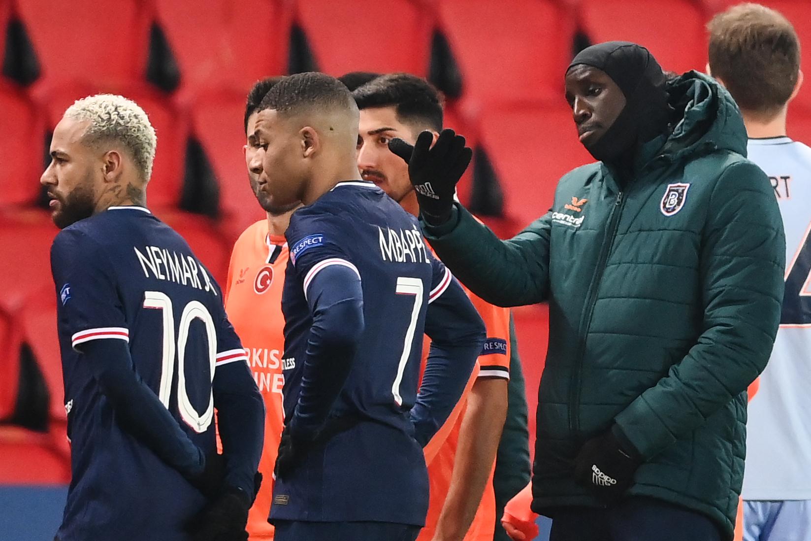 """Rasistiska izteiciena dēļ apturētā Čempionu līgas spēle starp PSG un """"Bašakšehir"""""""