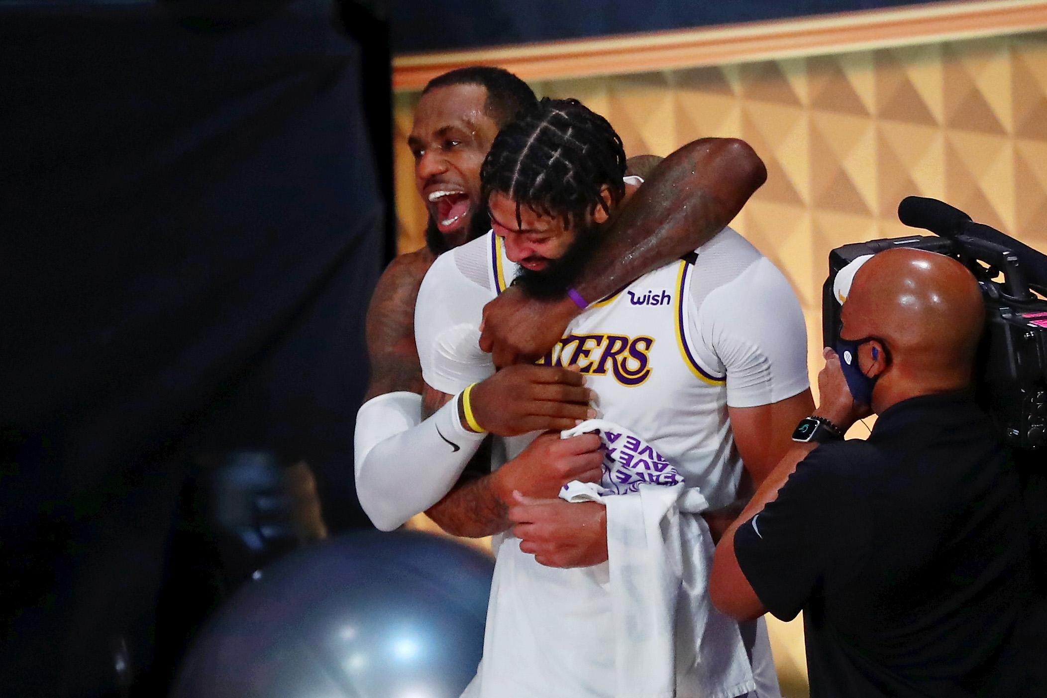 """Džeimss un Deiviss """"Lakers"""" uzvarā kopā gūst 60 punktus"""