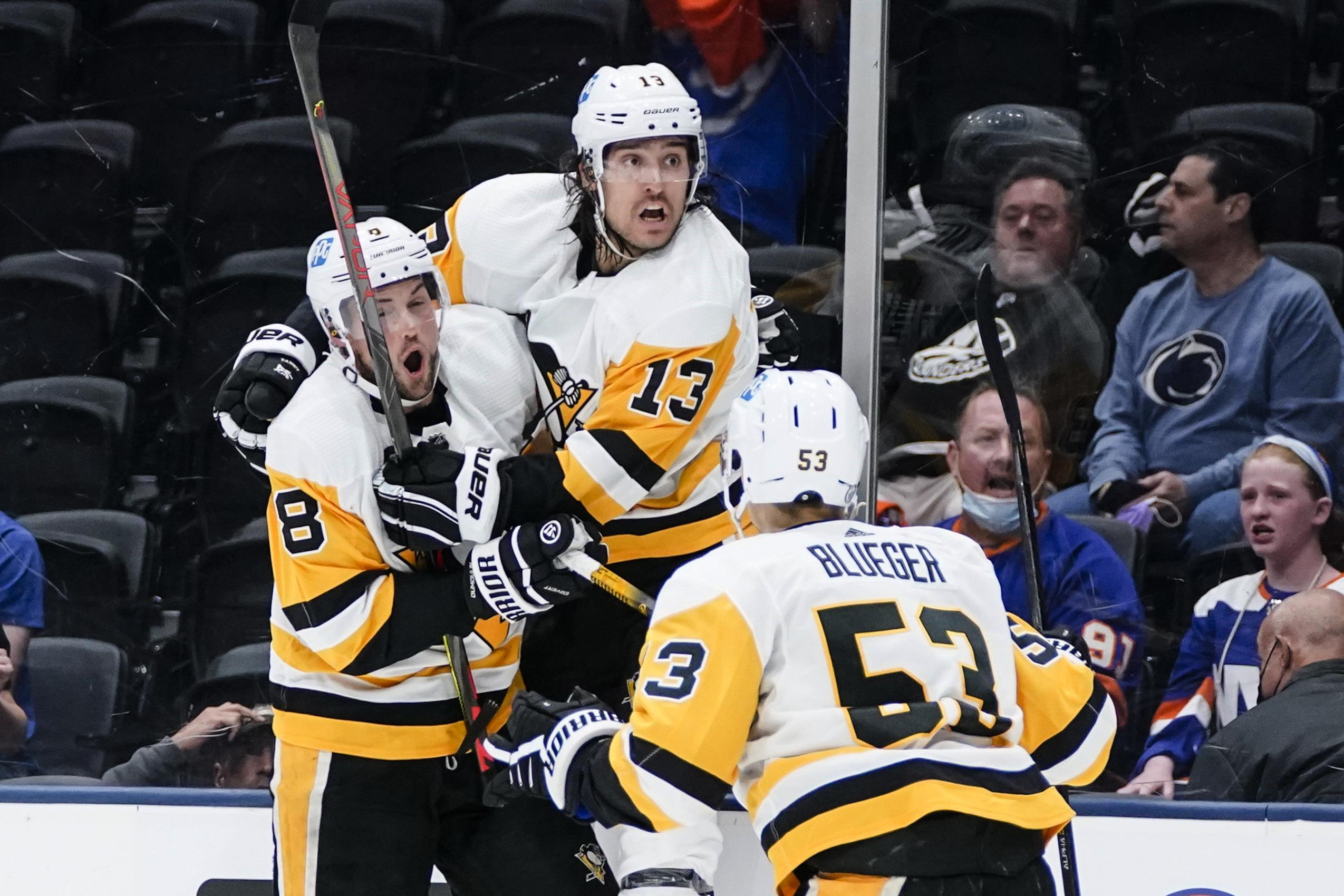 """Bļugera pārstāvētā """"Penguins"""" sērijā pret """"Islanders"""" izvirzās vadībā"""