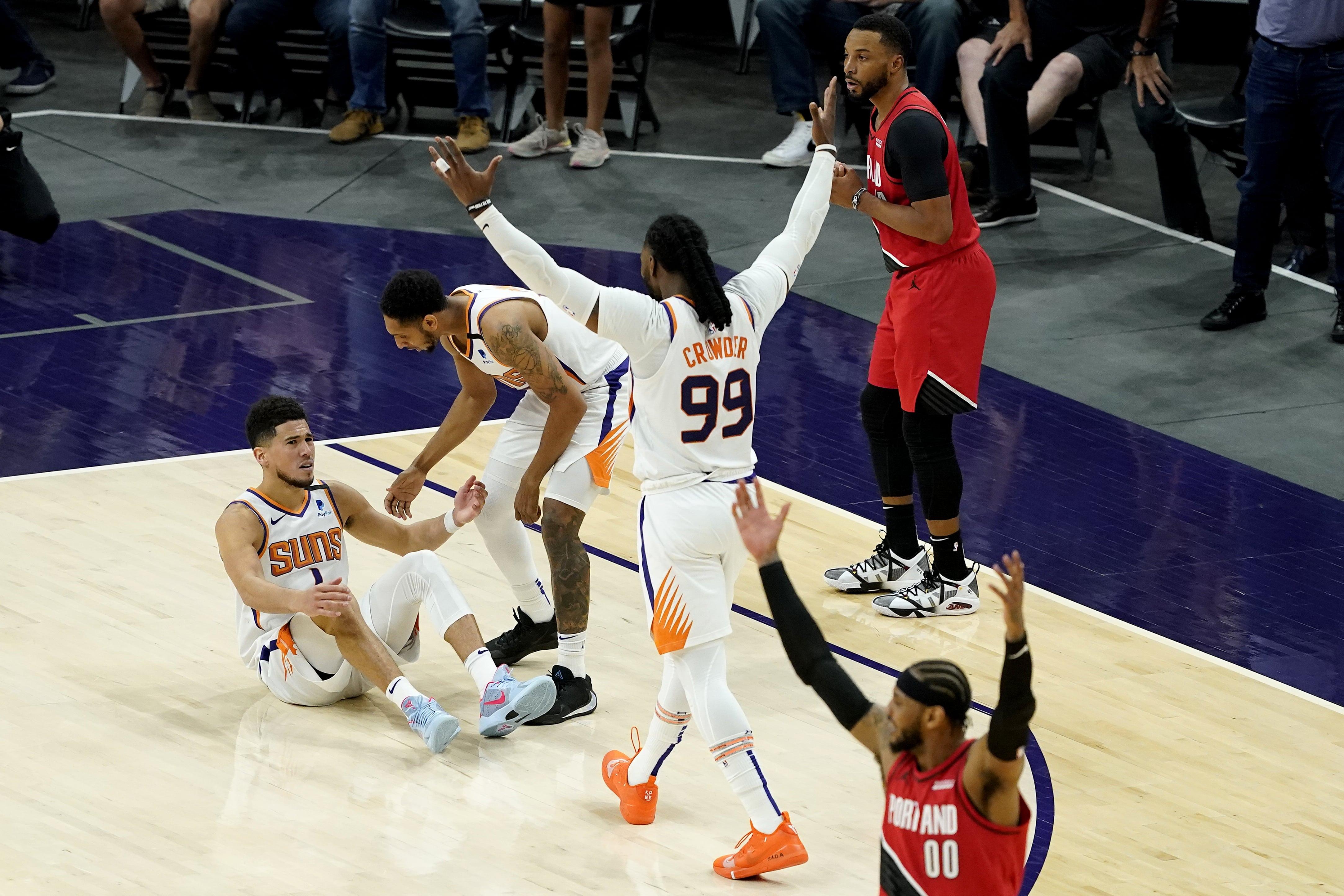 """Bukers pēdējās sekundēs nokārto """"Suns"""" uzvaru pār """"Trail Blazers"""""""