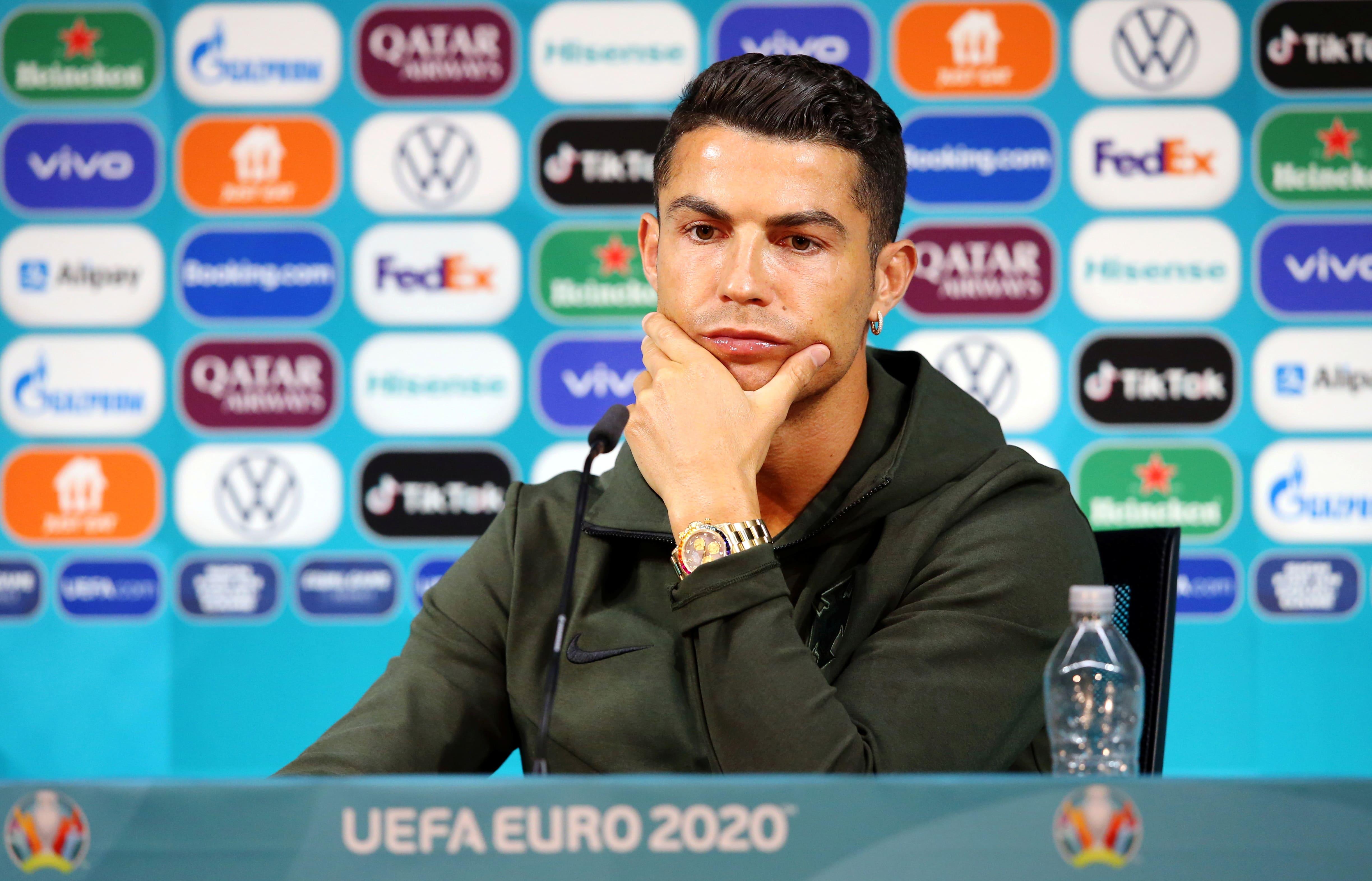"""EURO 2020: Ronaldu dažu sekunžu laikā pazemina """"Coca-Cola"""" vērtību par 4 miljardiem dolāru"""