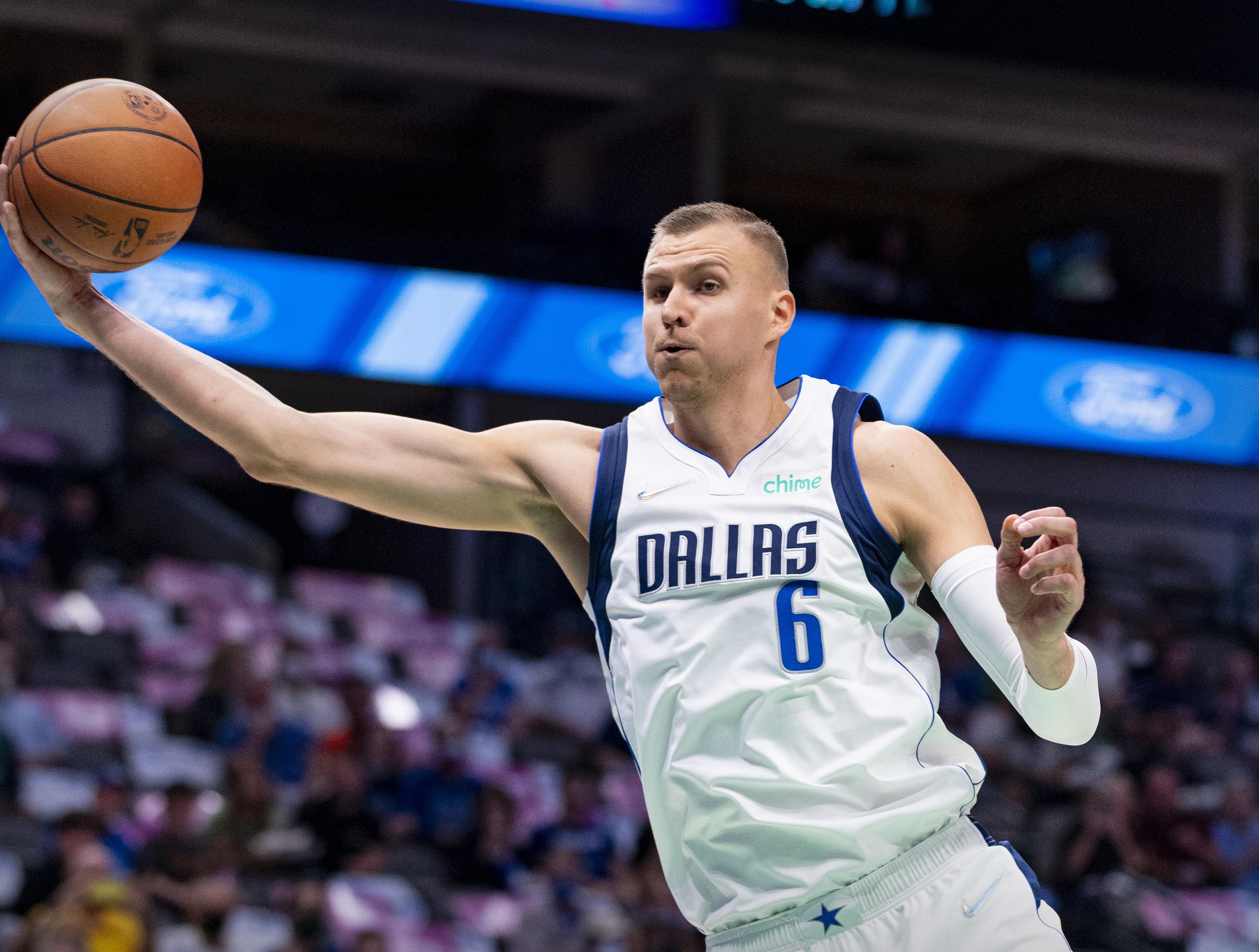 Porziņģis NBA pārbaudes mačā spēlē vienu puslaiku un atzīmējas ar daudzpusīgu sniegumu